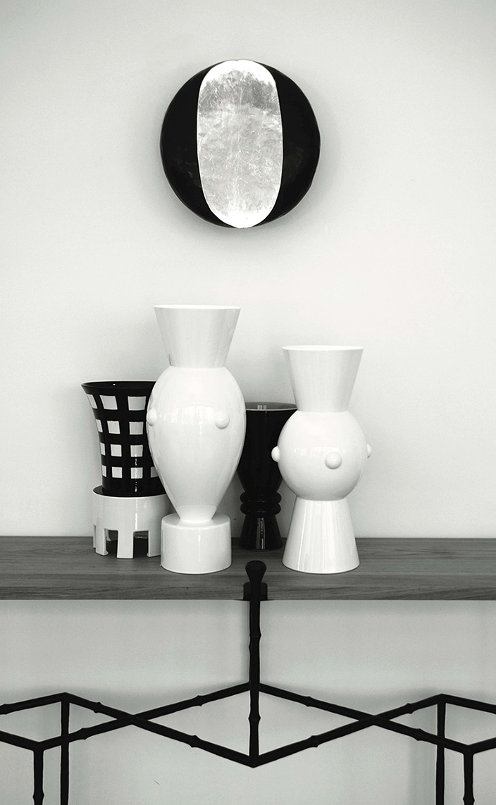 Galerie edition Limitée - French Decorative Arts - sconce by designer Vincent Collin in wrought iron - black and white earthenware vases by designer olivier gagnère - French designers - Signatures Singulières Magazine - The digital magazine of French talent