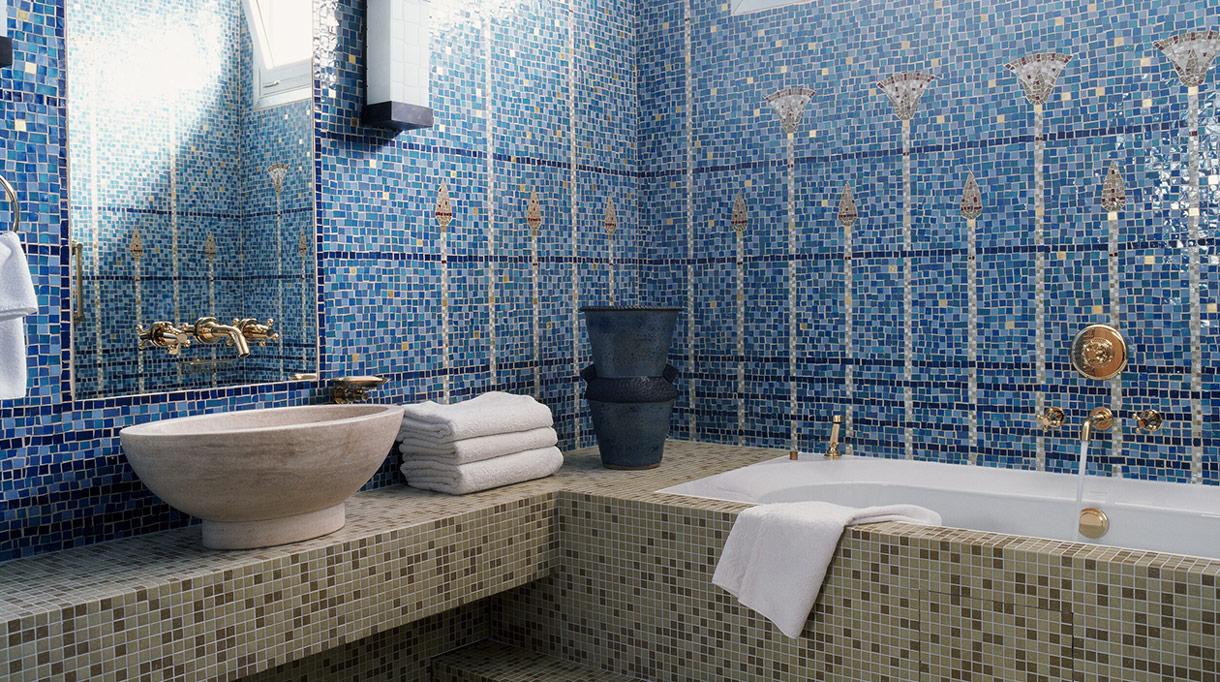 Nicolas Aubagnac - French interior designer - French designer - blue mosaic in bathroom - Murano mosaic - blue Bathroom - parisian apartment - Signatures Singulières Magazine - The digital magazine of French talent