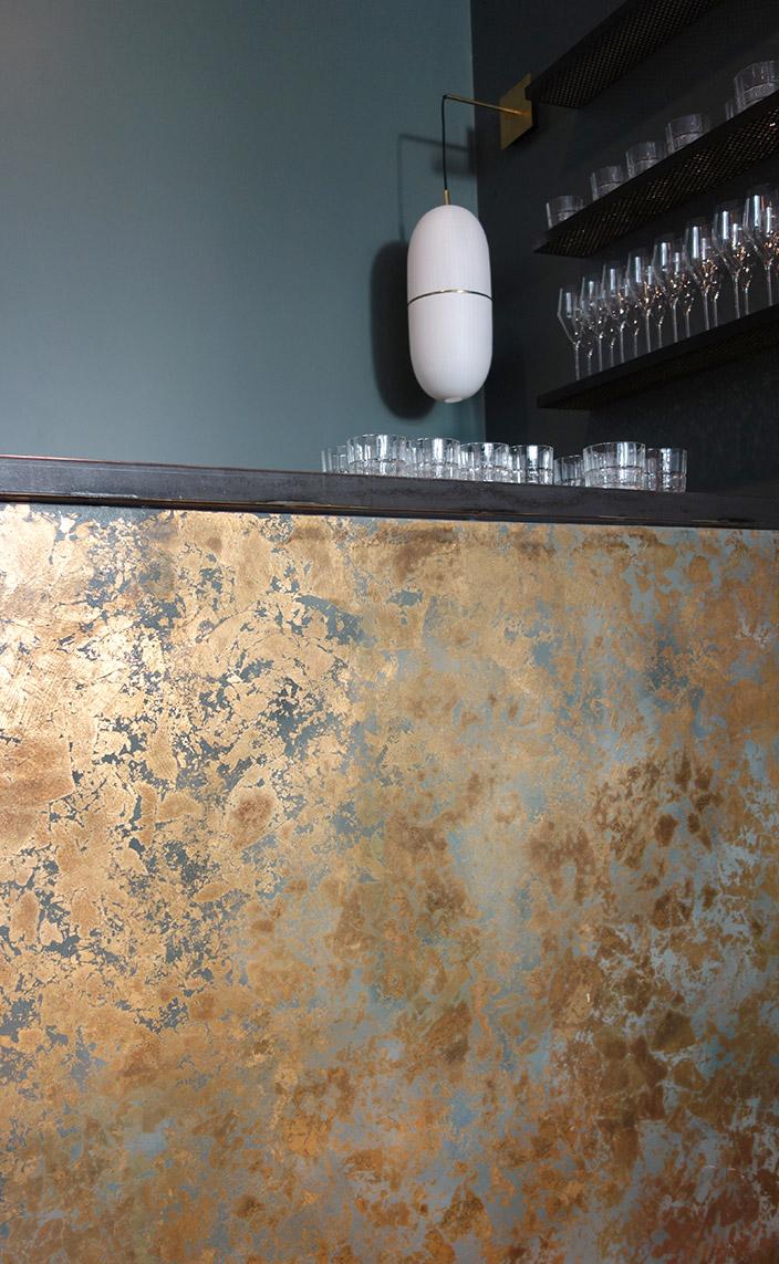 Solène Eloy - Decorative painter - French artist - wall decor - fresco artist - Gold leaf decoration - Oxidized gold bar - Blue wall - Atelier du Mur Agency - Signatures Singulières Magazine - The digital magazine of French talent