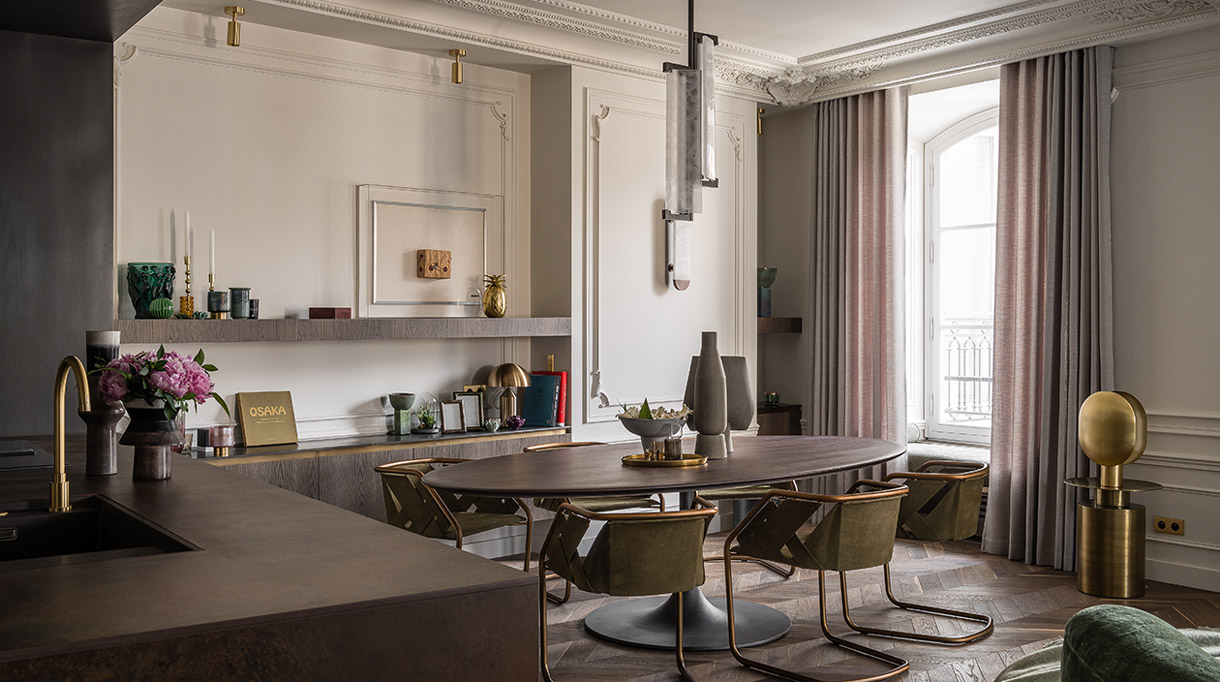 Félix Millory - French interior designer - Exceptional apartment in Paris - Place vendôme in Paris - Contemporary kitchen - Brass chair - oak kitchen - Farrow and Ball painting - Lamp and bronze - Lighting Entrelacs - French designer - Signatures Singulières Magazine - The digital magazine of French talent