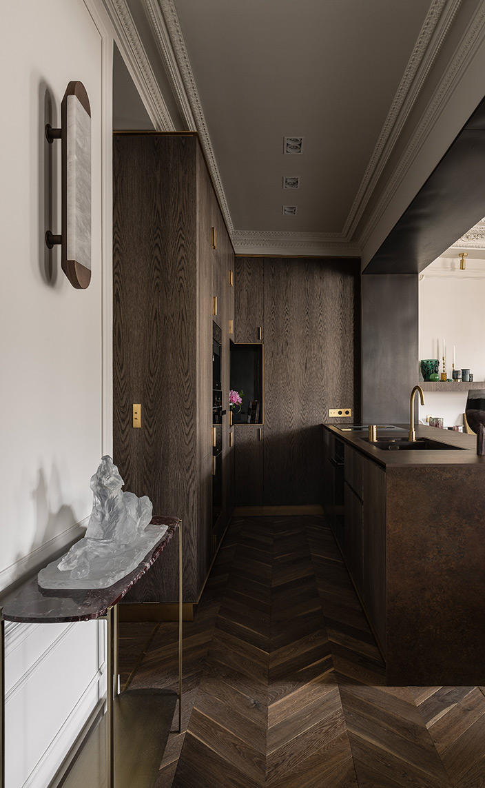 Félix Millory - French interior designer - Exceptional apartment in Paris - Place vendôme in Paris - Contemporary kitchen - Miel Kitchen - oak kitchen - Farrow and Ball painting - Lamp and bronze - Lighting Entrelacs - French designer - Signatures Singulières Magazine - The digital magazine of French talent