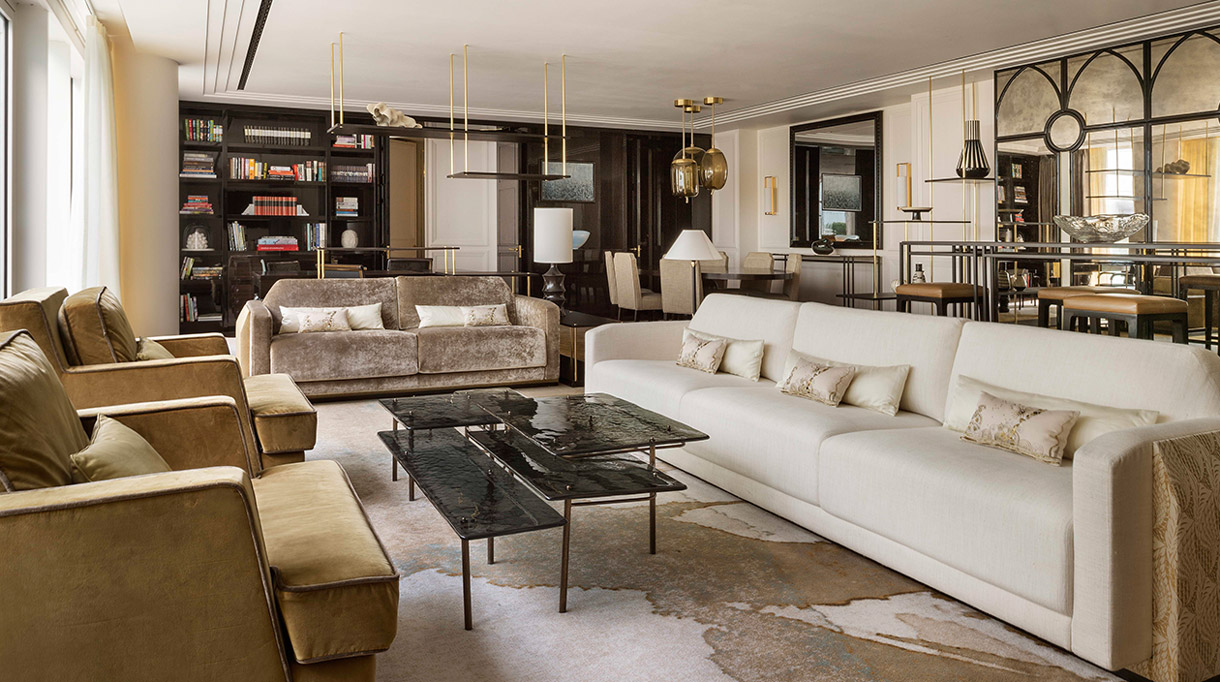 Bruno Moinard - Agence 4Bi - Claire Bétaille - French interior designer - Four Seasons Hotel of London - 5 star hotel - Deluxe suite of london - Glass coffee table signed Bruno Moinard - large white sofa - Signatures Singulières Magazine - The digital magazine of French talent