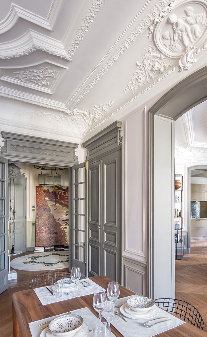 sebastien caron - french interior designer - parisian apartment with molding - paintings by Nicolas Canu - Artisan table - leleu carpets - parquet flooring from La Parqueterie de Bourgogne - door painted in grey - signatures singulieres - le magazine digital des talents francais
