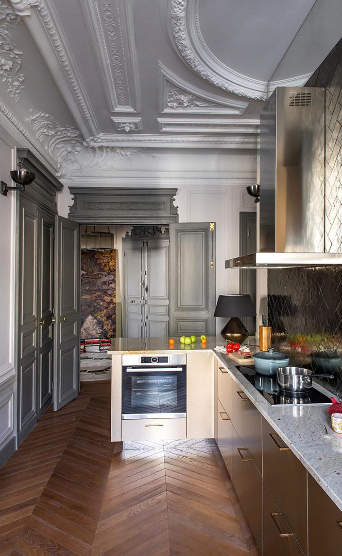 sebastien caron - french interior designer - parisian apartment - Splashback in bronze handcrafted mirrors - signatures singulieres - le magazine digital des talents francais