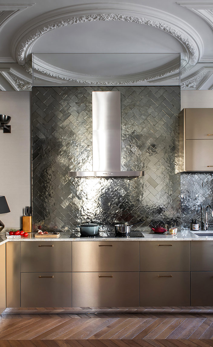 sebastien caron - french interior designer - parisian apartment - Splashback in bronze handcrafted mirrors - signatures singulieres - le magazine digital des talents francais